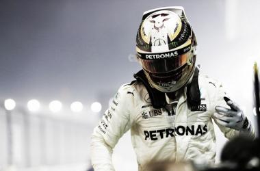 Hamilton bajando del Mercedes   Foto: GP SIngapur