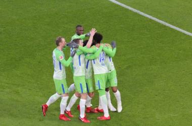 L'esultanza dei giocatori del Wolfsburg per il quinto gol stagionale di Origi. | VfL Wolfsburg, Twitter.