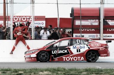 Rossi festejando en el muro de boxes con Ponce de León, su compañero en los 200 kilómetros de La Pampa de 2015 | Foto: Motores a pleno