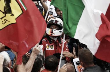 Vettel entre las banderas de Ferrari y las italianas | Foto: Fórmula 1