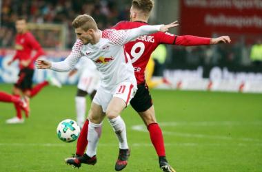 Timo Werner contrastato da Holer durante la sfida di oggi. | RB Leipzig English, Twitter.