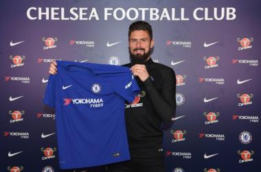 La prima foto di Olivier Giroud con la maglia del Chelsea. | Chelsea FC, Twitter.