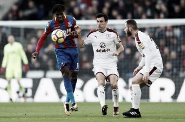 Wilfried Zaha prova una giocata durante la sfida di oggi contro il Burnley.   Crystal Palace F.C., Twitter.