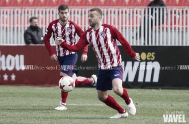 Keidi trata de hacerse con el control de un balón durante el derbi contra el Real Madrid Castilla | Foto: Daniel Nieto - VAVEL.com.