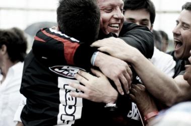 El abrazo de Ortelli con miembros del JP Racing   Foto: Campeones