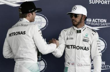 Los dos pilotos de Mercedes se saludan por el 1-2 conseguido | Foto: Fórmula 1