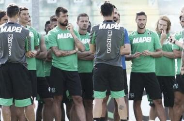 Il gruppo neroverde ascolta il mister Cristian Bucchi in questa foto.   sassuolocalcio.it