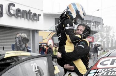 El abrazo de los ganadores | Foto: Télam