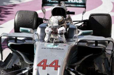 Hamilton festejando dentro del coche | Foto: Fórmula 1