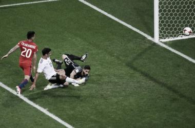 Lars Stindl firma così l'1-1 nonostante la marcatura di Aranguiz. | Squawka News, Twitter.