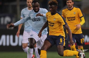 Moise Kean difende qui il pallone dall'assalto di Jordan Lukaku.   S.S. Lazio, Twitter.