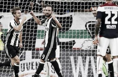 Gonzalo Higuain e Daniele Rugani festeggiano uno dei 4 gol rifilati al Cagliari l'anno scorso allo Stadium. | passione-bianconera.com