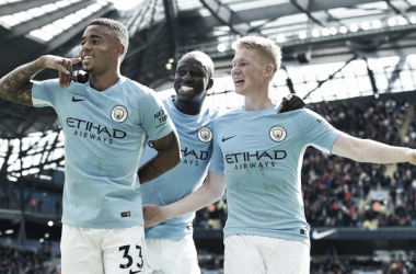 Gabriel Jesus, Mendy e De Bruyne festeggiano il gol del parziale 2-0 di ieri.   ooyala.com