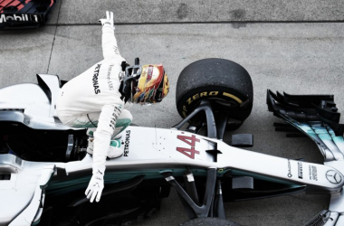 Hamilton festeja sobre su Mercedes | Foto: Fórmula 1