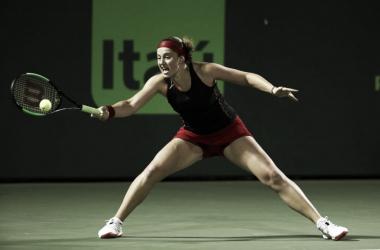 Ostapenko llega exigida al drive | Foto: Miami Open