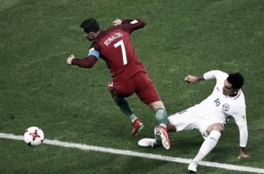 Cristiano Ronaldo salta secco Gonzalo Jara in uno scatto del match. | Squawka Football, Twitter.