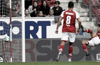 Yoshimori Muto sigla così l'inutile gol del Bayer Leverkusen: in rovesciata. | Bundesliga English, Twitter.