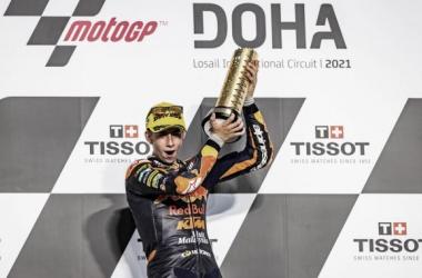 Pedro Acosta en el Podium, levantando su trofeo por su primera posición. Foto: motogp.com