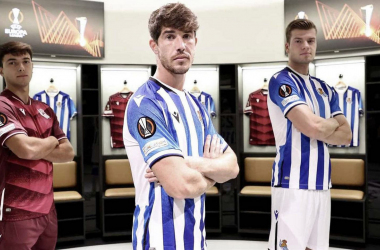 Zubimendi, Aritz y Sørloth posan con la camiseta que lucirá la Real en Europa esta temporada. Foto: Real Sociedad.