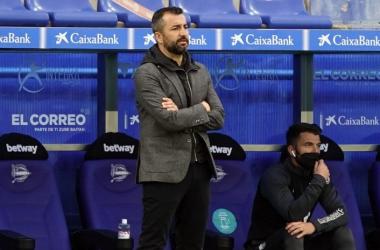 Diego Martínez durante el partido ante el Alavés. Foto: Pepe Villoslada / Granada CF.