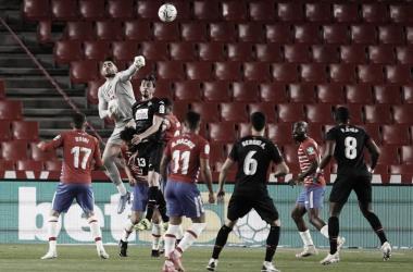 Rui Silva ganado un balón aéreo en el partido frente al Eibar. Foto: Pepe Villoslada / Granada CF