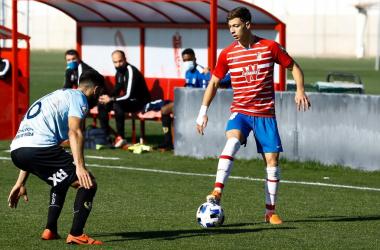 Plomer encarando a un jugador del Yeclano. Foto: Pepe Villoslada / Granada CF.