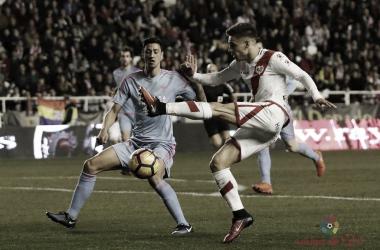 Álex Moreno golpeando el esférico | Fotografía: La Liga