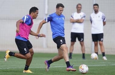Arias y Bacca durante un entrenamiento. Foto: Pepe Villoslada / Granada CF.