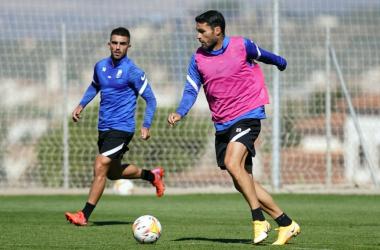 Jorge Molina conduciendo el balón durante el último entrenamiento. Foto: Pepe Villoslada / Granada CF.
