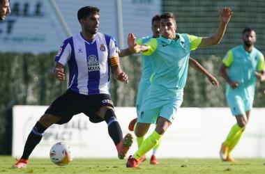 Soro peleando un balón con Cabrera. Foto: Pepe Villoslada / Granada CF.