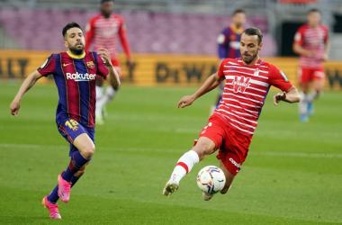 Soldado peleando un balón con Jordi Alba. Foto: Pepe Villoslada / Granada CF.