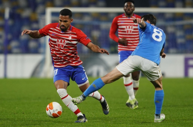 Yangel Herrera conduciendo el balón en el choque ante en Napoli. Foto: Pepe Villoslada / Granada CF.