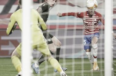 Carlos Neva remata un balón en el encuentro de ayer. Fuente: Granada CF