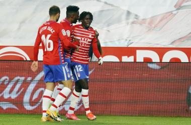 Domingos Quina festejando su gol ante el Elche con los compañeros. Foto: Pepe Villoslada / Granada CF.