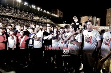 Jugadores del Rayo Vallecano celebrando el ascenso | Fotografía: Rayo Vallecano S.A.D.