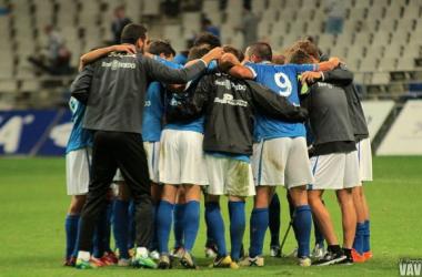 El Real Oviedo celebra el triunfo frente al Real Avilés y el liderato de la categoría | Imagen: Víctor Paniagua - VAVEL