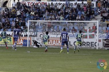 Roger transformando un penalti en la última victoria visitante en Mendizorroza / LFP