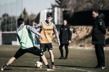 El primer equipo entrenando en los Anexos con la mirada puesta del entrenador. Fotografía: Real Valladolid