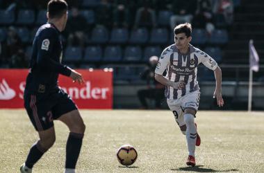 Toni Villa controlando el balón en un partido de LaLiga. Fotografía: Real Valladolid