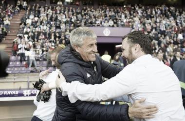 Sergio González en el partido saludando al entrenador rival Quique Setién. Fotografía: Real Valladolid