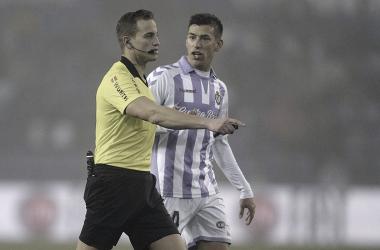 Alberola Rojas hablando con Rubén Alcaraz // Foto: La Liga