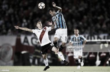 Borré (19) intenta superar la marcación de Geromel (3) Foto: Getty Images