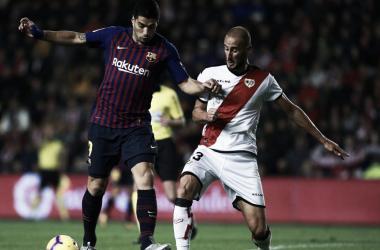Gálvez pelea con Suárez por un balón durante el encuentro | Fotografía: F.C. Barcelona