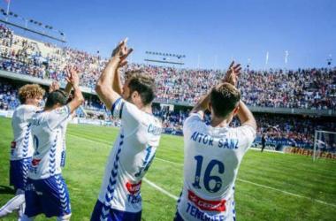 Los jugadores celebran la victoria en el pasado derbi. Foto: www.diariodeavisos.com.