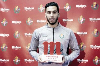 Anuar recibiendo el premio que le otorga del mes de Marzo de 2019. Fotografía: Real Valladolid