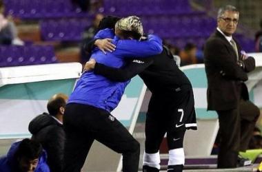 "Griezmann abrazando al ""Chori"". Autor: Facebook oficial Antoine Griezmann."