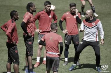 Paco con algunos jugadores en un entrenamiento frente al Athletic ! Fotografía: Rayo Vallecano SAD