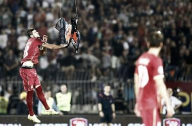 Mitrovic arranca bandeira albanesa do drone que entrou no estádio (Foto: Reuters).