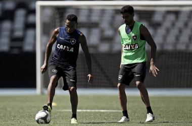 Alex Santana observa Gilson em seu primeiro treino como atleta do Botafogo (Foto: Vitor Silva / SSPress / Botafogo)