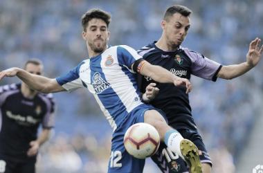 Óscar Plano y Dídac Vilà disputando un balón // Foto: La Liga